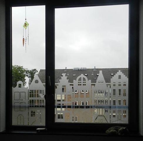 In raamfolie uitgesneden geveltjes.