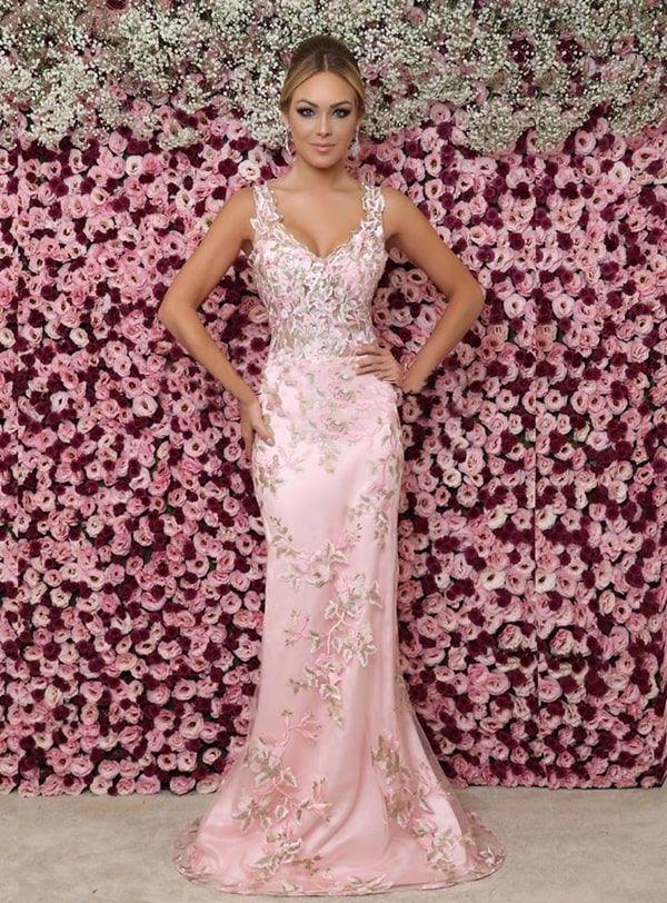 vestido longo rosa claro com bordado floral | Vestidos, Vestido longo rosa claro, Vestidos legais