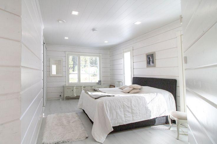 The bedroom of this gorgeous log house reaches its full beauty with Winled's Kanna -LED lights. Upean hirsitalon makuuhuone pääsee täyteen loistoonsa Winledin Kanna -valaisinten avulla.