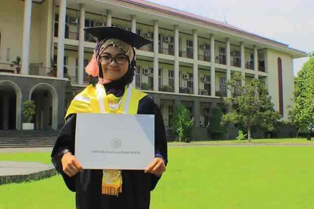Usia Baru 25 Gadis Lulusan S2 UGM Ini Mendaftarkan Diri Sebagai Calon Walikota Jogja  Yogyakarta  Di usianya yang ke-25 tahun lebih 9 bulan Emmi Yuniarti Rusadi membulatkan tekad untuk maju dalam Pilkada kota Yogyakarta melalui jalur perseorangan dengan mendaftarkan di ke Jogja Independent (Joint). Dari 14 orang yang telah mengembalikan formulir perempuan lulusan S2 UGM Urban Planning ini merupakan pendaftar termuda. Saya coba sebagai anak muda brave aja untuk melakukan terobosan. Okelah…