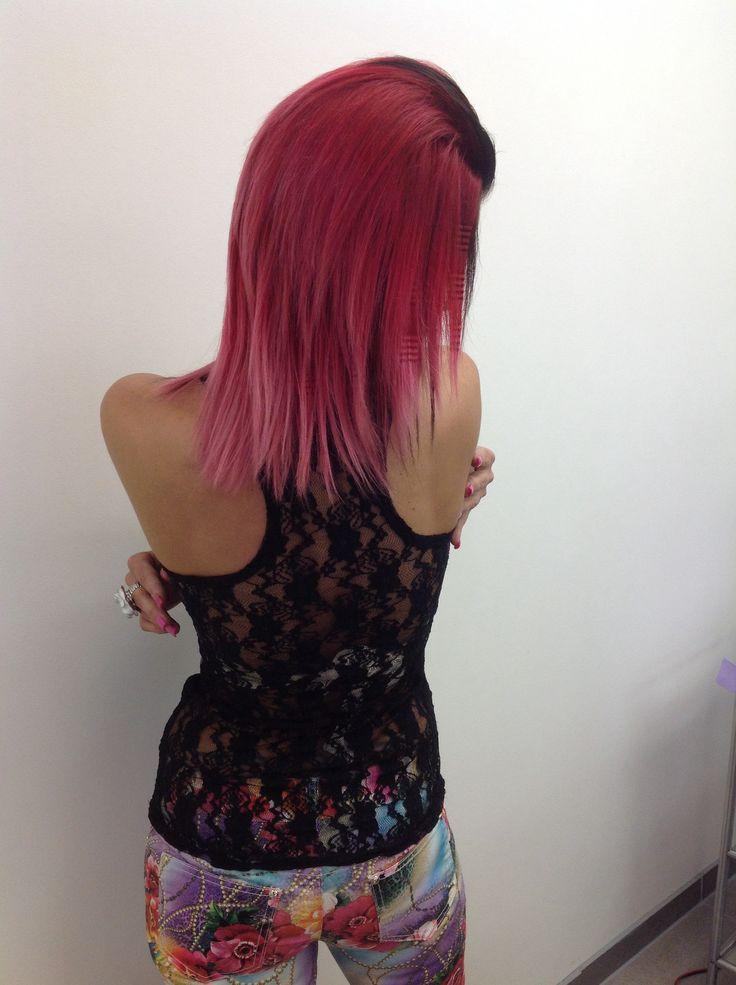 Rood gekleurd met roze puntjes. Haar gebrusht en afgewerkt met wafelijzer