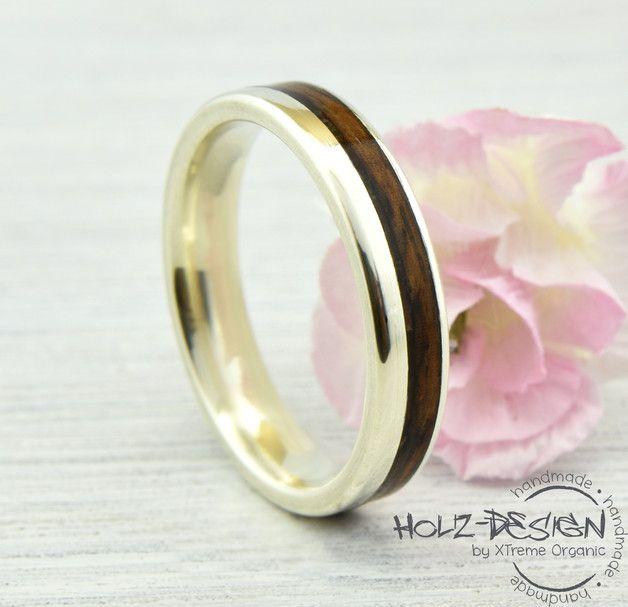 ~~~~~~~~~ BESCHREIBUNG ~~~~~~~~~ Verlobungsring aus wertvollen 376 Weißgold mit elegantem Design. Umschlossen von kühlem Weißgold durchbricht das intensiv braun-schwarze Palisander Holz den...