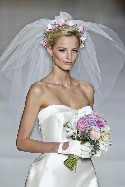 Il bouquet più prezioso si porta in testa, come protagonista dell'acconciatura da sposa. Piccoli boccioli o sontuose corolle fissano il velo, agghindano la chioma e ti fanno risplendere all'altare.
