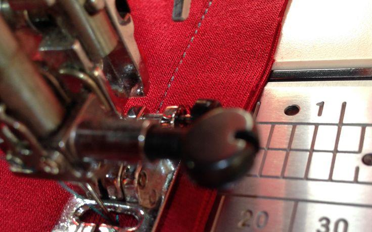 Как шить трикотаж на швейной машинке: 5 способов ПРЯМАЯ СТРОЧКА   Как шить трикотаж на швейной машинке: 5 способов  Она подходит только для мало тянущихся трикотажных полотен, так как не обладает эластичностью. Во время стачивания деталей, ткань нужно слегка натягивать на себя. Затем она примет свою первоначальную форму, а строчка получится прочной. После стачивания деталей, разутюжьте шов.