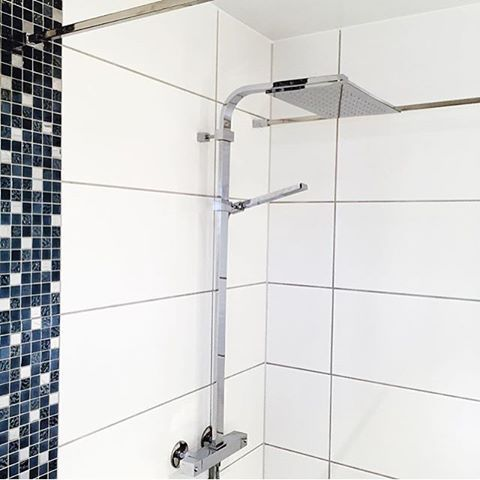 Repost @rmjelde - trendy takdusj fra Tapwell 👌🏼👌🏼👌🏼  #tapwell #takdusj #shower #dusj #tipstilbadet #baderomstrend #bathroom #bathroomideas #vakrebad #vakrehjem #bobedre #boliginspirasjon #rmjelde #rørlegger #plumber #jobb #work #vvseksperten