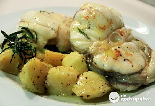 Una receta super mediterránea, con uno de los pescados más sabrosos del mar, con un toque de romero y tomillo, y unas patatas riquisímas al microondas.