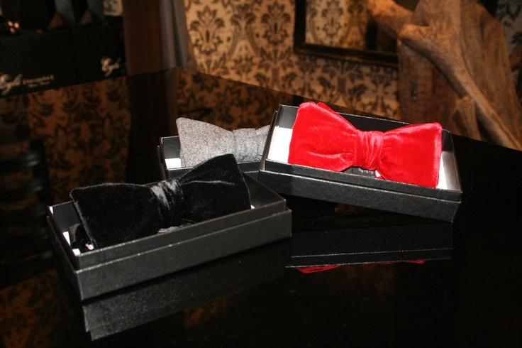 Noeuds papillon en velours, signés Eglé Bespoke.    http://eglebespoke.com/fr/content/14-selection-avisee-d-accessoires-absolument-indispensables