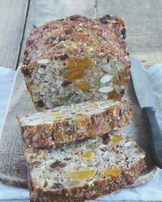 Glutenvrij en suikervrij notenbrood! Ik maak dit notenbrood boordevol zaden, pitten, noten en vruchten nog regelmatig. Een lekkere breakfast cake! www.eatpurelove.nl