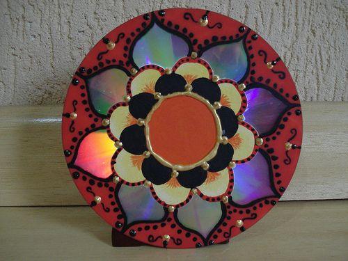 Material:  1 CD velho  Caneta ou lapis para riscar o desenho no cd  Tintas de sua preferencia (podem ser tintas relevo, verniz vitral, desd...