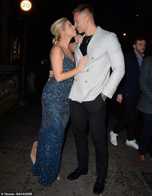 Love Island S Olivia Buckland And Alex Bowen Share A Kiss As They