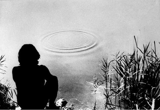 Gino De Dominicis - Tentativo di far formare dei quadrati invece che dei cerchi attorno ad un sasso che cade nell'acqua.