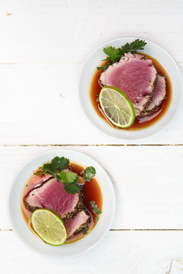 Sashimi vom Pfeffer-Tunfisch mit Teriyaki-Sauce, Limette und Koriander