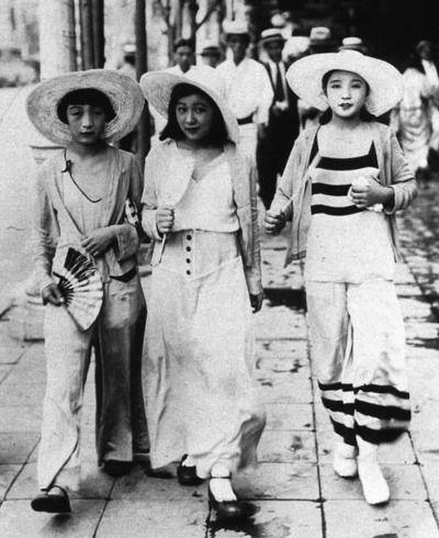 3 Beauties in 1932 Japan.