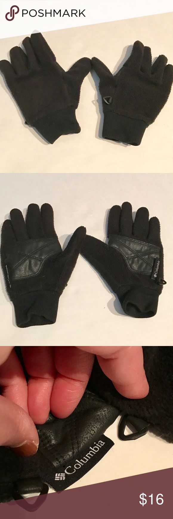 👫KIDS Columbia Gloves FINAL PRICE Black fleece gloves with non-slip palms. Hooks to either connect together with a carabiner or to add anything you want so your kids don't lose them. Gender neutral. Great condition Columbia Accessories Mittens