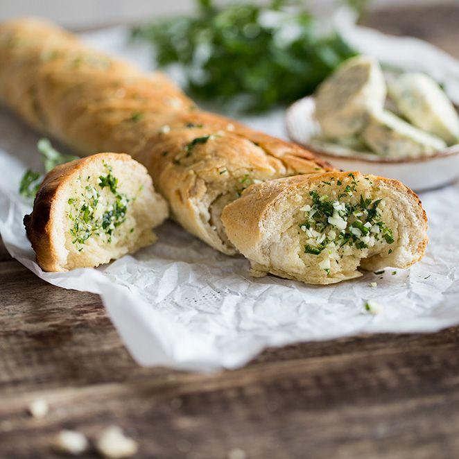 Brot selber backen ist ja grundsätzlich schon mal eine super Idee. Hausgemachte Kräuterbutter dazu? Noch viel besser. Im warmen Ofen zieht die aromatische Butter in den lockeren Hefeteig ein und macht das Baguette richtig schön saftig.