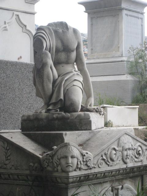 """Valparaíso. Cementerio Disidentes. Inaugurado en 1823, un año después que su vecino el Cementerio nº1. En 1825, el municipio vendió a su Majestad Británica un terreno de una hectárea, lo que permitió fundar un cementerio que los católicos dieron por llamar de """"disidentes"""", ello en alusión a las diferencias religiosas con los colonos ingleses de la época. http://cementeriosdelmundo.foroactivo.com/t17-cementerios-n1-y-de-disidentes-historias-del-valparaiso"""