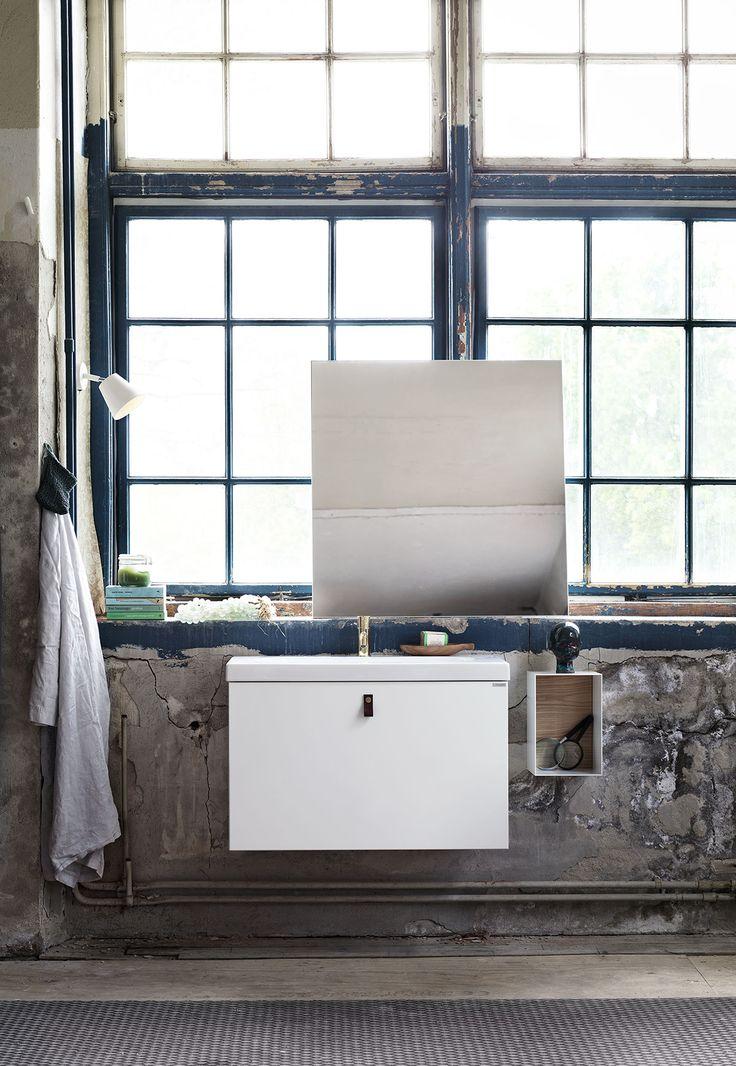 Badrumsmöbler från serien Bright, här i utförandet Slät vit med hel front. Badrumsmöbeln kan även fås med delad front och öppen hylla, välj efter tycke och smak. Bright | Ballingslöv