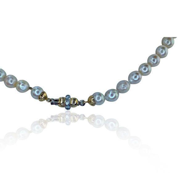 104 Zuchtperlen 7,8mm Perlenkette lang Perlen machen es rund und weich. Ihr Dekollete schimmert wie Seide.  104 Perlen im Durchmesser von ca. 7,87 mm liegen zart um Ihren Hals. Den Verschluß aus 18 kt Gelbgold bilden 2 Halbkugel. Diese werden mit einem Kranz besetzt mit 8 Zirkonia verschönert.  Das edle Schmuckstück können Sie als kurze Kette doppelreihig oder als lange passend zur Abendrobe tragen. #perlen #zuchtperlen #vintage #schmuck
