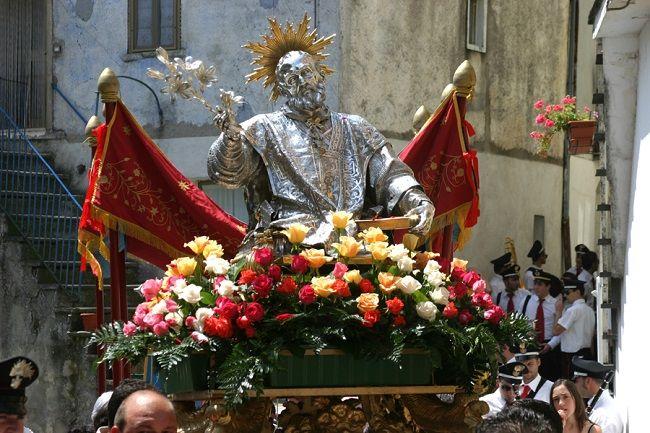 Roseto celebra il buffone di Dio e dalle fontane zampilla vino