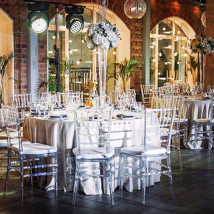 Настроение праздника : отличный свет, красивая сервировка, прозрачные стулья Кьявари , и, конечно, исключительный интерьер ресторана Атриум-Холл