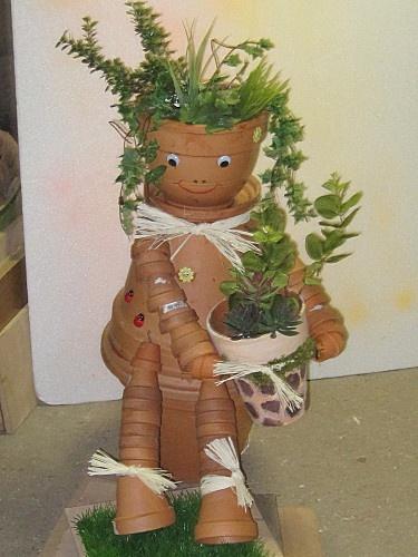 personnage de pots en terre cuite