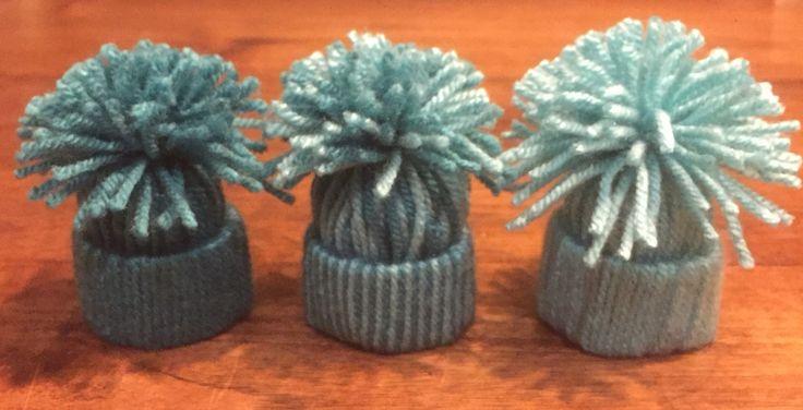 Winterdecoratie in huis (kan ook in kerstboom): Mutsjes van reepje closetrol omwikkeld met garen erbij elkaar geknoopt.