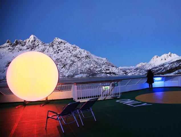 Las diseñadoras noruegas Lisa Pacini y Christine Istad crearon una especie de #sol portable, hecho de luces LED. Cambia de color en una amplia gama de tonalidades para mejorar el ánimo. Qué tal?