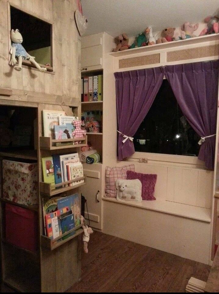 Kinderkamer bunkbed/bedstee. Kruidenrekje ikea als boekenrekje