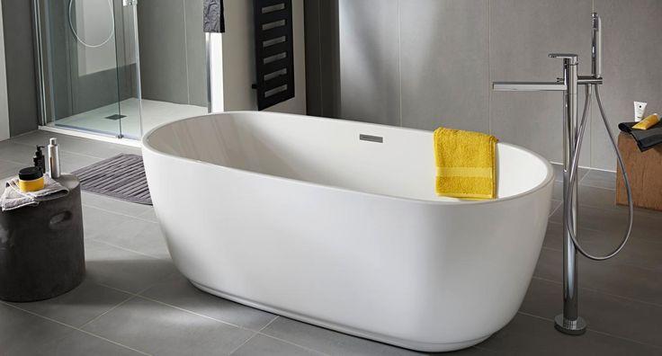 Équipez votre salle de bains de cette baignoire îlot Sublim, résolument design et épurée. Sa contenance de 260 litres et sa longueur de 170 cm en font un élément indispensable à votre bien-être.
