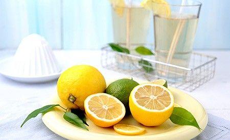 Zitronenwasser ist äusserst gesund. Es wirkt beispielsweise basisch, hemmt Entzündungen, fördert die Verdauung und hilft beim Abnehmen.  Erfahren Sie mindestens 10 Gründe, warum Sie Zitronenwasser am besten täglich trinken sollten. Ein Rezept für Zitronenwasser finden Sie in unserem Text.