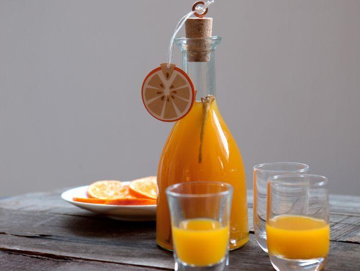 Il liquore all'arancia speziato, a base di vodka, è un drink aromatico con note aggrumate e di cannella. Prepararlo è facile: leggi la semplice ricetta.