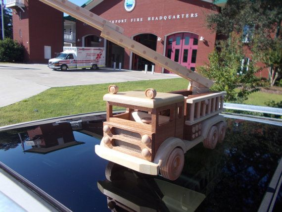 LIVRAISON GRATUITE SUR LE 2ÈME ARTICLE Ce camion d'incendie célèbre est livré complet avec une échelle télescopique en mesure d'atteindre les bâtiments 24 de hauteur, 30 de feu tuyau et la buse sur une bobine cumulatif, échelle auxiliaire amovible et de lumières. Pompiers et volontaires sauront apprécier les détails fins ainsi que des jeunes enfants. Cette pièce nostalgique est faite d'acajou, érable, frêne et bois accents. Mesure environ 12 x 5 «x 6» avec plusieurs couches de…