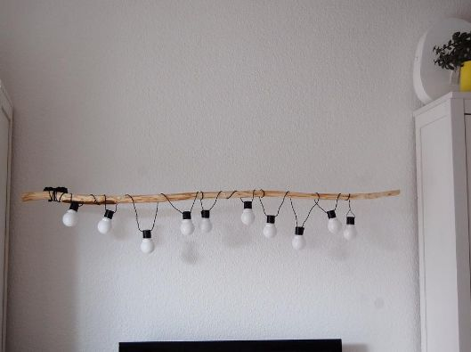 Maak je eigen hanglamp. Wat heb je nodig? Een tak en treklichten van HEMA! #HEMA #wonen #licht #lamp #DIY