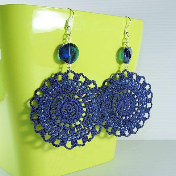 Orecchini a uncinetto blu con perline di BizarreAccessories