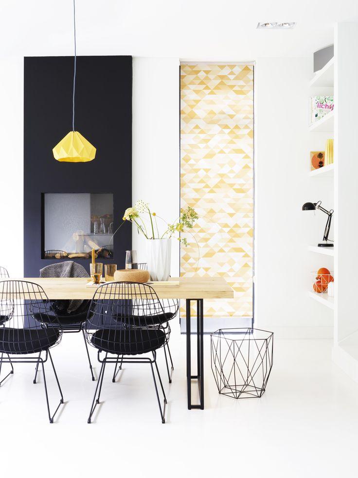 Onze rolgordijnen met grafische prints fleuren je interieur op! #rolgordijnen #bece #triangle #grafische #woontrend #inspiratie www.bece.nl