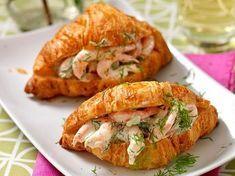 Den frasiga croissanten och den krämiga räkröran är en himmelskt god kombination. Snabblagat och festligt dessutom!
