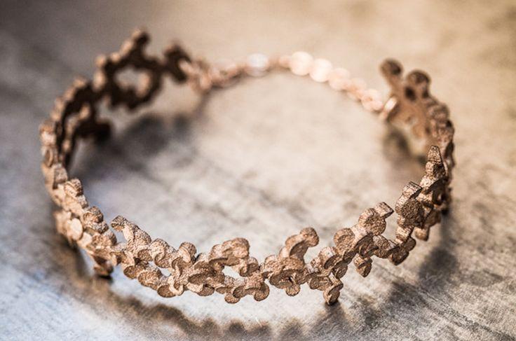 Il mondo della moda è stato a lungo affascinato dalle possibilità offerte della stampa 3D, e ora designer di gioielli hanno a disposizione la tecnologia per portare finalmente le loro idee alla vita reale.Uno dei primi al mondo a introdurre la stampa 3D all'interno dellaproduzione di gioielli è stato Roberto Chaves, cheassieme al suo piccolo ...
