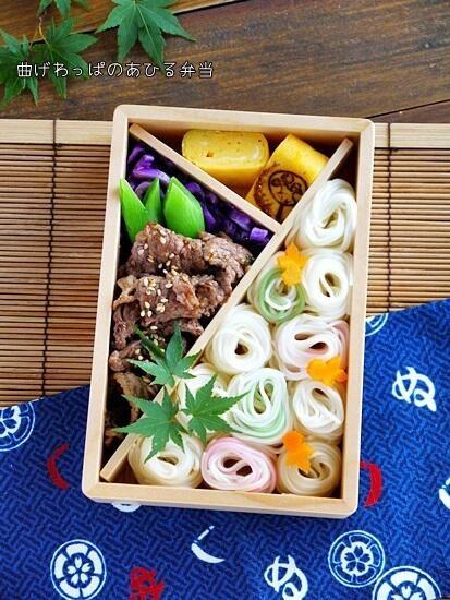 Twitter from @ahirusanobentou 夏♪そうめん弁当です。涼しげに泳ぐ金魚も居ます^^ #obentoart #lunchbox #obentou http://ameblo.jp/aurora-dreams/entry-11571039923.html …