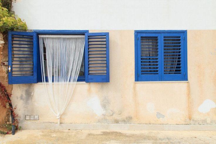 Finestre mozzafiato: LEVANZO, TRAPANI La più piccola isola delle Egadi che ospita un piccolo villaggio di case bianche e color vaniglia affacciate sul mare della Sicilia