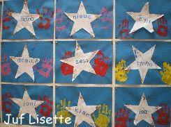 """We maken een """"Wall of Fame"""". De kinderen stempelen hun hand, plakken hier een ster overheen met hun naam en natuurlijk veel glitters."""