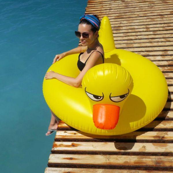 Farniente et style  Bouée originale et drôle  Le classique revisité  🦆 👙 🏖️ #duck #canard #beach #plage #playa #bouee #summer #ummertime
