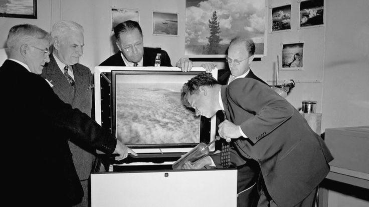 Ocurrió el 13 de noviembre de 1946. Una nube se extendía por el monte Greylock (Massachusetts) cuando de repente una avioneta pasa a través de ella. En pocos segundos la nube cambia de aspecto y comienza a soltar nieve. Un hombre ve la escena emocionado desde abajo. Había descubierto que podía alterar el tiempo.