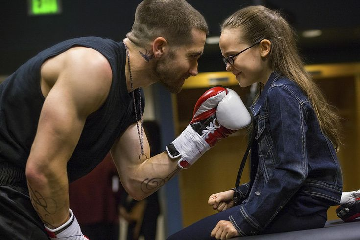 Jake Gyllenhaal and Oona Laurence in Southpaw (2015) http://www.movpins.com/dHQxNzk4Njg0/southpaw-(2015)/still-3149391872