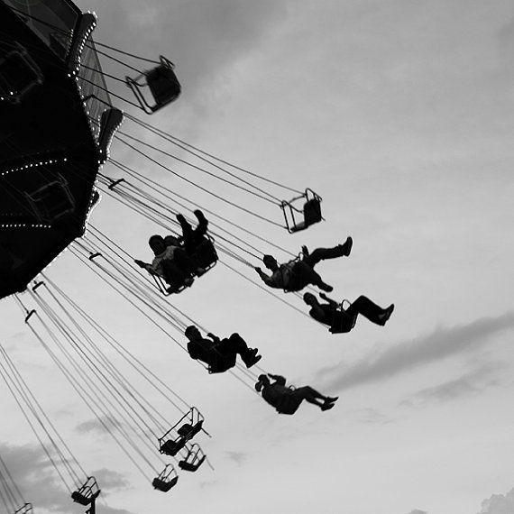 Altalena lontano 8 x 12 bianco e nero firmato la fotografia di un tempo di notte Carnevale cavalcare avventurieri Navy Pier di Chicago, volando attraverso il cielo al tramonto