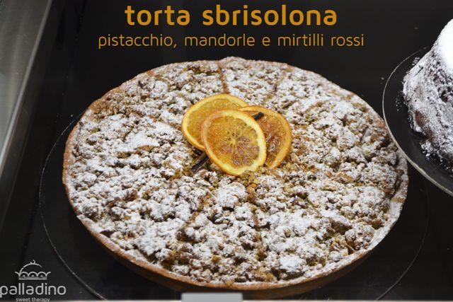torta sbrisolona con pistacchio, mandorle e mirtilli rossi