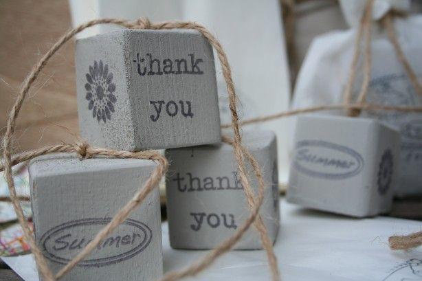 Houten blokjes beschilderen met muurverf, leuke tekst erop stempelen en je hebt een origineel label voor aan een cadeautje of een sleutelhanger.