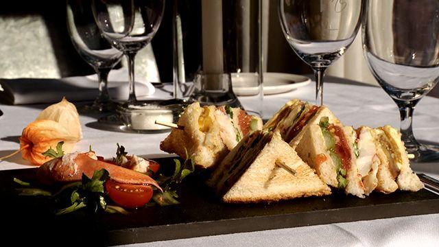 «La rapidité d'exécution du montage d'un club sandwich est primordiale. Pour ce faire, il s'agit vraiment que tous les ingrédients soient prêts et à portée...