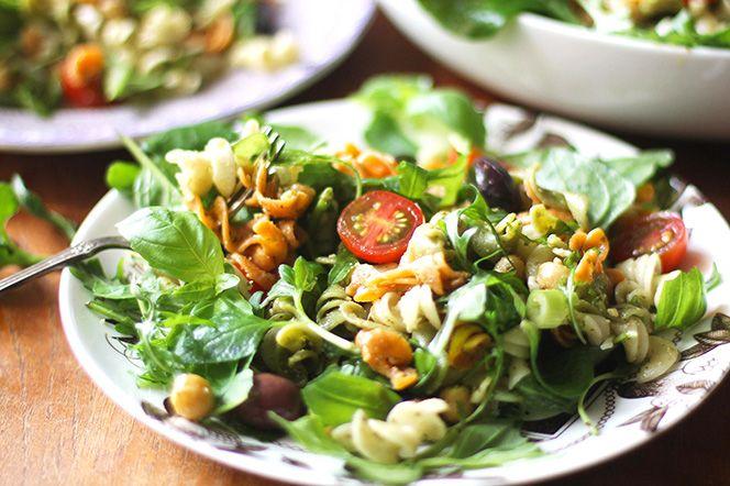 Snabb pestosallad med kikärtor och dinkelskruvar | Kung Markatta - kungen av ekologiskt Ont om tid men du vill ändå äta bra mat? Den här rätten lagar du på mindre än 10 minuter och är perfekt att fylla veckans lunchlådor med. Toppa gärna med en stor klick keso, smulad fetaost eller ett par skivor avokado. Du kan även byta ut basilikapeston mot tomatpesto eller tomat- och olivtapenade.