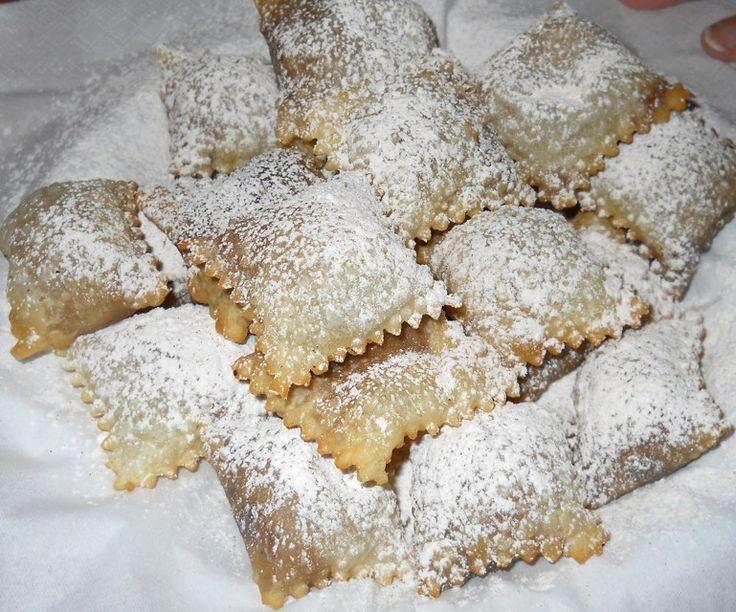 """Cambiano nome a seconda delle zone in cui vengono preparati, ma il tratto comune è la forma, a guisa di raviolo, il ripieno, di marmellata d'uva, crema, ceci o castagne, e il periodo tipico, quello natalizio. I """"calcionetti"""", detti """"caggionetti"""" nel teramano, sono uno dei dolci onnipresenti sulle tavole d'Abruzzo nelle festività"""
