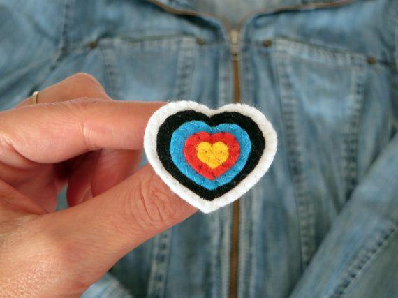 Broche coeur cible broche en feutrine coeur par IbelieveIcanfil